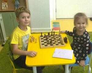 Шахматы в детском саду. Серёжа и Кира.